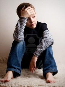 13084156-ragazzo-triste-adolescente-depresso-a-casa-problemi-di-famiglia