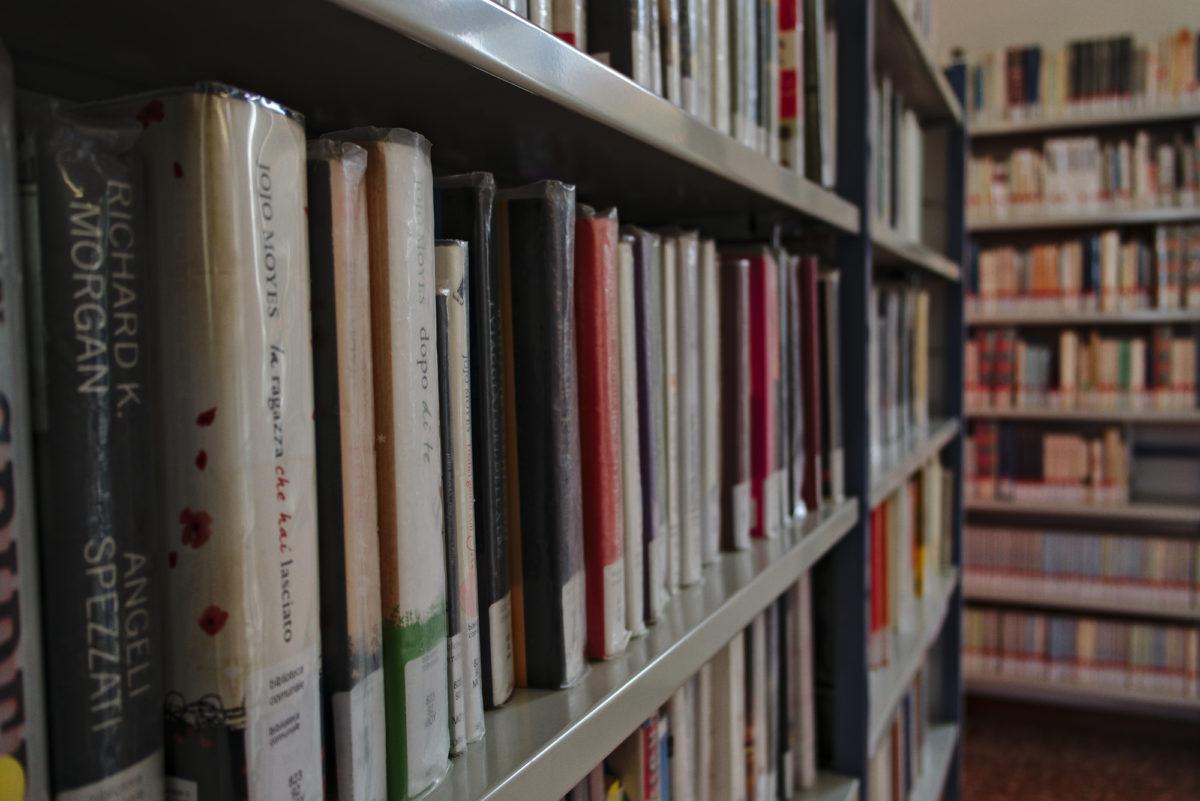 Scaffale di libri in prospettiva