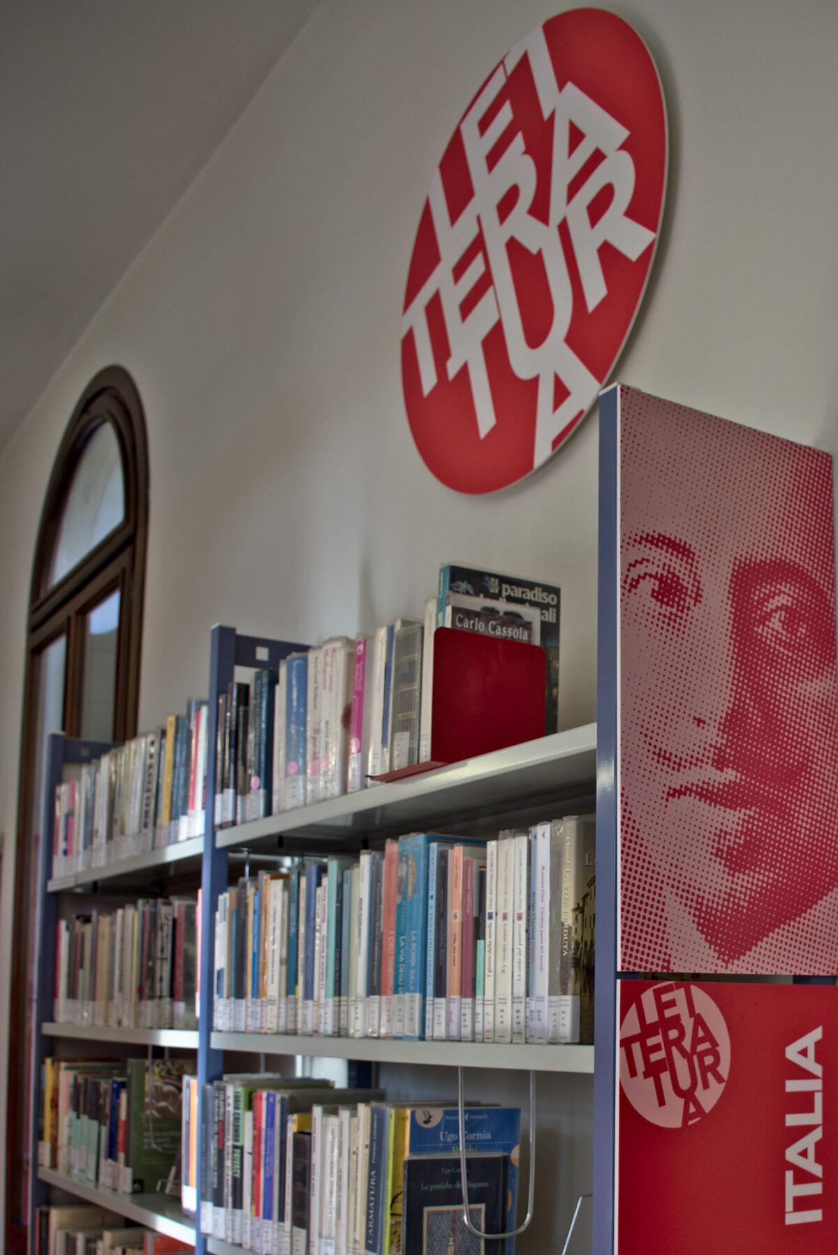Scorcio si scaffale sala letteratura