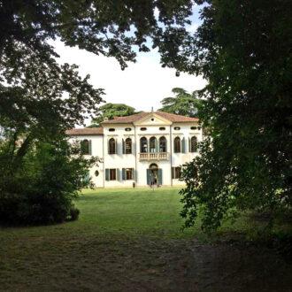 Vista di Villa Simion dal parco