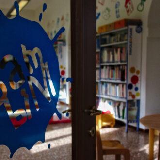 Sala bambini attraverso la porta a vetri